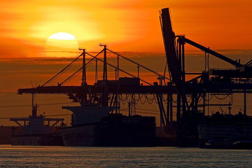 Zonsondergang in de Rotterdamse haven van Anton de Zeeuw