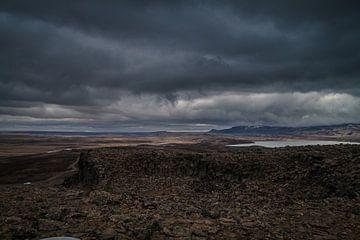 Dreigende donkere wolken in IJsland van Chris Snoek