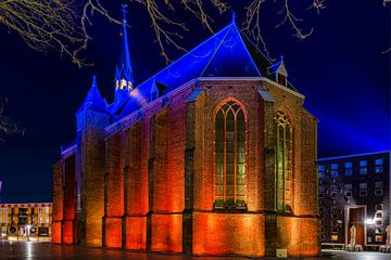 De Mariënburgkapel in Nijmegen is snachts mooi verlicht