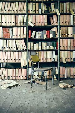 Een plank met mappen en dossiers voor een stoel van Denny Gruner