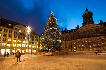 Kerstmis op de Dam in Amsterdam Nederland bij nacht van