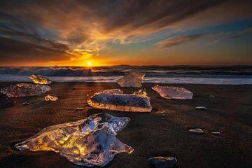 Zonsopkomst op de Diamond beach, bij de Jokulsarlon glacier meer van Anges van der Logt