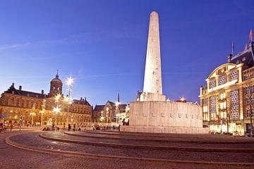 Monument op de Dam bij zonsondergang in Amsterdam van Nisangha Masselink