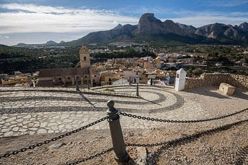 Das Dorf Polop in den Bergen von Alicante, Spanien von Joost Adriaanse