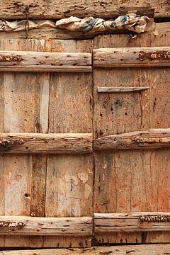 Fensterläden aus Holz für ein Fenster mit Wand von Bobsphotography