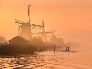 Mistige zonsopkomst bij Kinderdijk van Ellen van den Doel