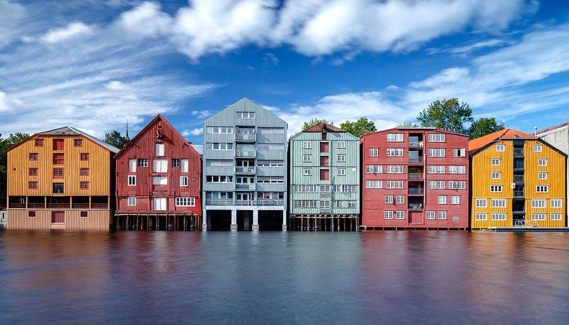 De gekleurde pakhuizen vanTrondheim van Menno Schaefer