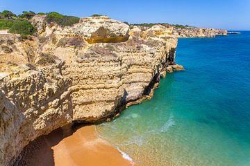 Felsen Berge Strand und blaues Meer auf der Küste in der Algarve Portugal von
