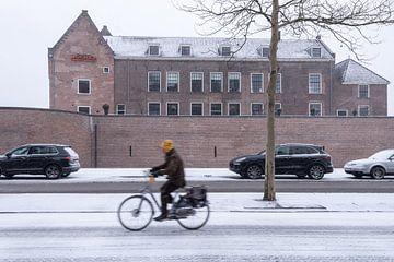 Winters Kasteel Woerden met fietser op de voorgrond