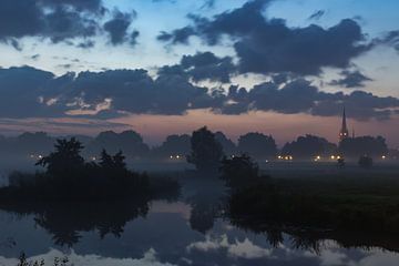 Mist en zonsopkomst. van Henny van Riel