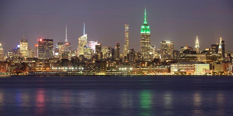 Midtown Manhattan Skyline in New York met het Empire State Building in de avond, panorama van Merijn van der Vliet