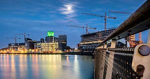 Avondfoto aan de Maas in Rotterdam Zuid van Saskia van Gelderen