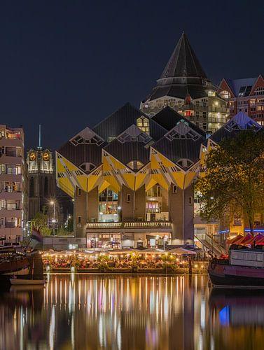 Het nachtelijke zicht op de Kubuswoningen, Laurenskerk en Het Potlood in Rotterdam