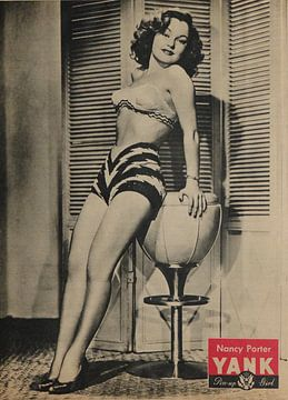 YANK-Pin-up: Nancy Porter mit Badebekleidung und hohen Absätzen, Juni 1945 von Atelier Liesjes