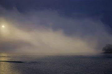 Sonnenaufgang Nebel über dem See von Jan Brons
