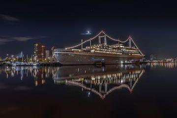 SS Rotterdam in de nacht.. van Patrick Löbler