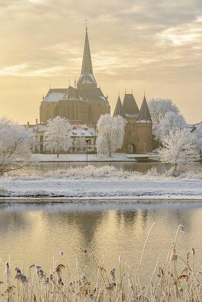 Zicht op Kampen met de Bovenkerk en de Koornmarktspoort aan de IJssel