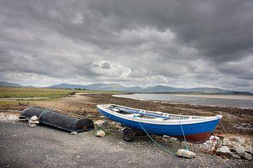 Boote auf dem Festland vor der Küste Irlands von Bo Scheeringa