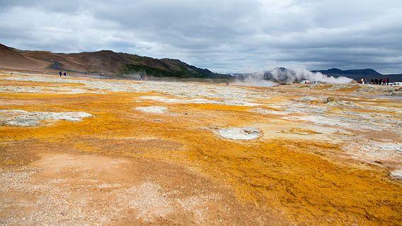 Modder poelen van Hverir op IJsland