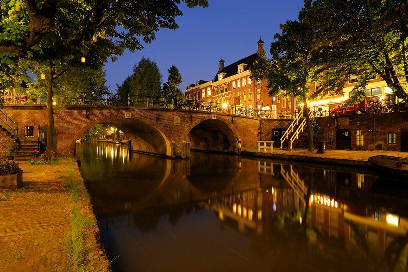 De Oudegracht met de Smeebrug in Utrecht van Donker Utrecht