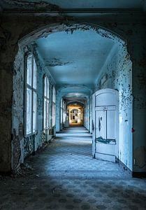 Blauwe gang met deuren en ramen van