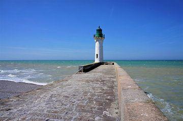 Weißen Leuchtturm auf steinernen Steg im Meer von