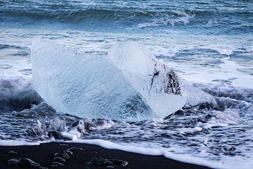 IJsblok op het zwarte strand van IJsland van