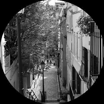 Straat in Montmartre, Parijs van Pamela Fritschij