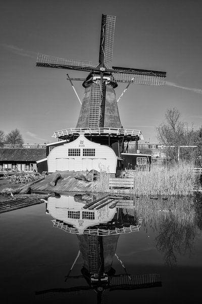 Molen de Ster in Utrecht met zijn reflectie in zwart-wit van De Utrechtse Grachten