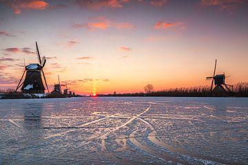 Kalter Sonnenaufgang in Kinderdijk von Ilya Korzelius