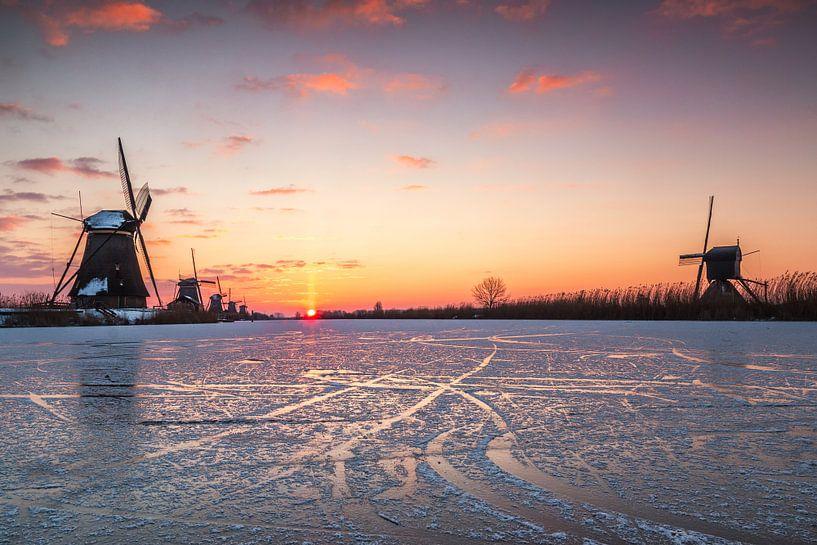Koude zonsopkomst in Kinderdijk van Ilya Korzelius