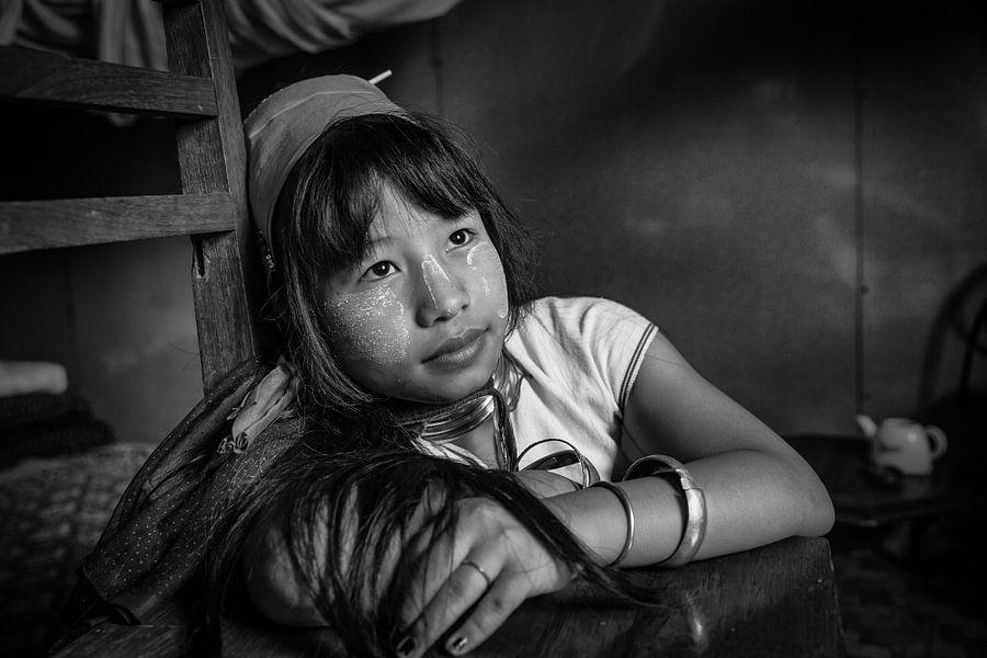 Jong meisje van de Long Neck stam in de buurt van Inle Myanmar. van Wout Kok