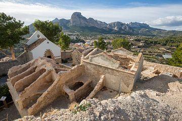 Oude kerk op heuvel bij dorp Polop, Alicante, Spanje van Joost Adriaanse