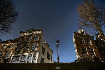 Amsterdamse huizen met gracht van Mark Isarin | Fotografie