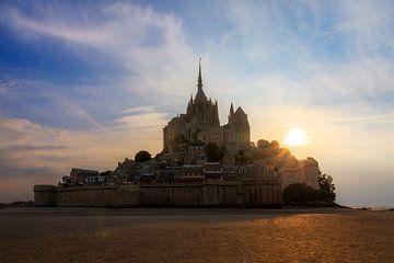 Mont Saint-Michel tijdens zonsondergang en eb von Dennis van de Water