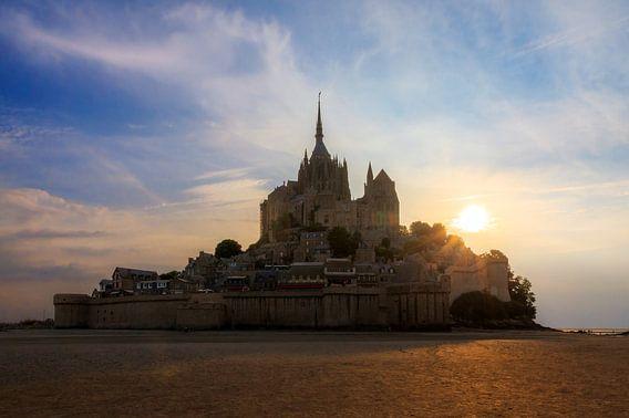 Mont Saint-Michel tijdens zonsondergang en eb