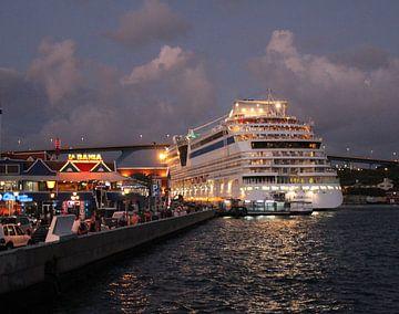 Le bateau de croisière AIDAluna à Willemstad, Curaçao, la nuit