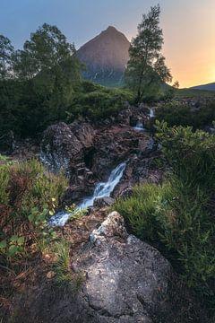 Schottland Glen Etive Wasserfall im Abendlicht von Jean Claude Castor