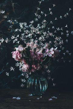 Weelderig lenteboeket met roze bloesem en roze bloemen in oude meesters stijl van From My Eyes