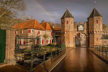 Een regenboog boven de Koppelpoort van Amersfoort in de avond. van Bart Ros