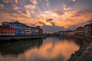 Ondergaande zon over de Rivier de Arno in Pisa van Sjors Gijsbers