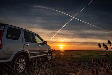 Auto im Sonnenuntergang von Manuela Feuerhahn
