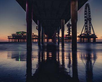 Onder de pier. van
