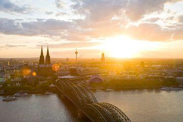 Cologne avec la cathédrale au coucher du soleil sur Werner Dieterich