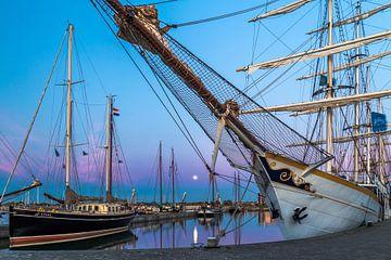 Volle maan in de haven van Batavia. van