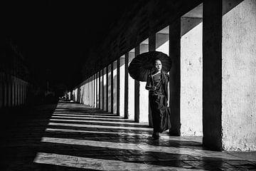 Jonge monnik in Baghan wandelt in gallerei van klooster. Wout Kok One2expose van Wout Kok