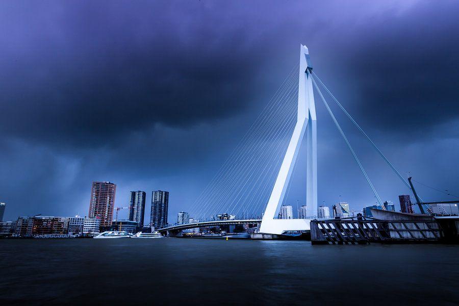 Storm bij de Erasmusbrug Rotterdam van Chris Snoek