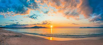 Idyllisch uitzicht op romantische zonsopgang 's morgens op het strand van Alex Winter