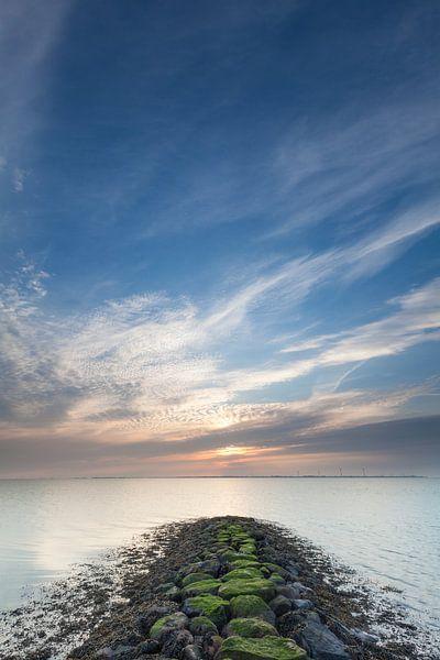 Sluimerige zonsopkomst in Delfzijl van Ron Buist