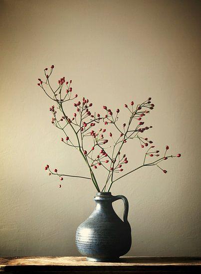 Blaue Vase mit Beeren
